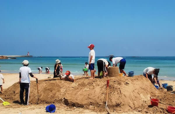 海水浴場で砂像大会